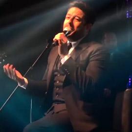 بالفيديو: محمد حماقي في أولى حفلاته بعد العملية يغني جالسا على كرسي