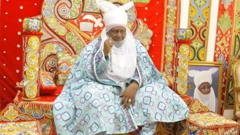 قصة الأمير النيجيري الذي يخلع الزي الملكي ليزرع أرضه بنفسه