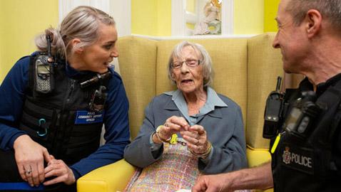 الشرطة تعتقل امرأة عمرها 104 أعوام.. والسبب؟