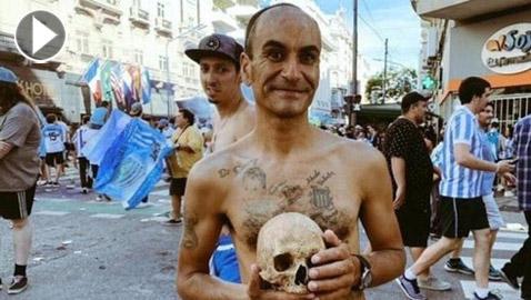 فيديو وصور: أرجنتيني يحتفل مع جمجمة جده بعد فوز فريقه باللقب