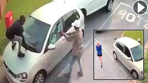 لحظات مخيفة عاشتها سائحة بعد هجوم لصان عليها وسرقة سيارتها!