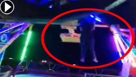 سيدة تنزلق وتسقط من لعبة ملاهي بعدما فتح حزام الأمان فجأة! فيديو