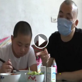 طفل صيني (11 عاما) يأكل 5 وجبات في اليوم لينقذ حياة والده المريض!