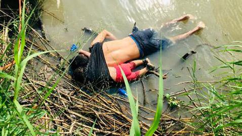 صور محزنة: أب وإبنه بحثا عن حياة أفضل لكن وجدوا الموت غرقا