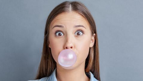 فوائد غير متوقعة لمضغ العلكة الخالية من السكر خاصة في هذه الأوقات!