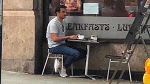 بالصور: أمير قطر جالسا لوحده في مقهى في أحد شوارع لندن
