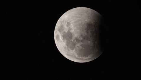 مساء الغد: العالم والمنطقة العربية على موعد من خسوف جزئي للقمر
