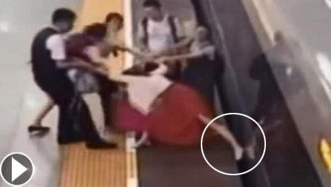 امرأة صينية غاضبة تؤخر قطارا لمدة 7 دقائق بواسطة قدمها! فيديو