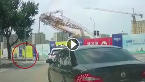 فيديو صادم: شاهدوا لحظة سقوط رافعة على المارة
