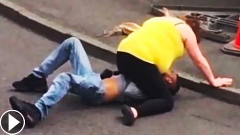 فيديو: شجار ومصارعة وضرب بين امرأة و زوجها في الشارع