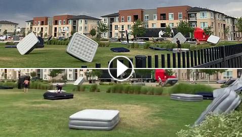 فيديو مضحك: الرياح تتلاعب بمجموعة من المراتب والفرش في أمريكا
