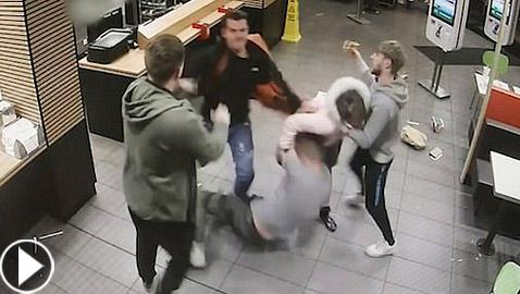 بالفيديو: مشاجرة عنيفة بين مجموعة شباب وفتاة في ماكدونالدز ببريطانيا