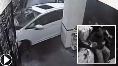 العناية الإلهية تنقذ رجلا من الموت لحظة اقتحام سيارة لمطعم! فيديو