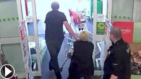 لص غبي يحاول سرقة متجر بطريقة غريبة! فيديو