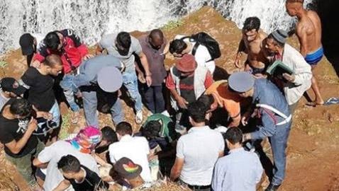 فيديو صادم.. انزلقت رجله فسقط من أعلى شلالات بالمغرب