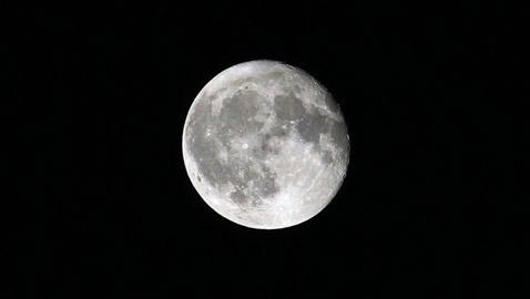 هل توجد معادن ثمينة أسفل سطح القمر؟