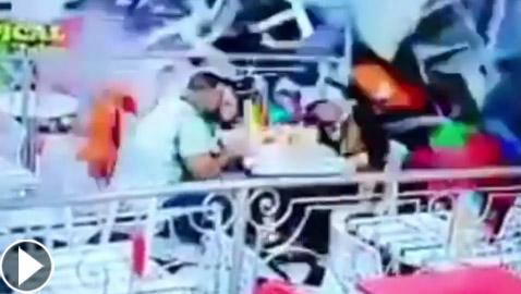 حادث سير مروع.. مخمور يقتحم مطعما بسيارته ويطيح بالزبائن!