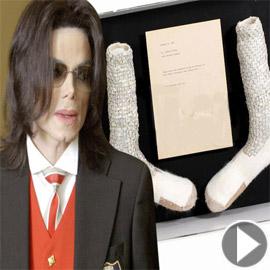 جوارب (مشية القمر) الشهيرة لمايكل جاكسون للبيع بأكثر من مليون دولار!