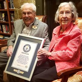 رجل وزوجته يبلغ عمراهما مجتمعان 211 عاما يلقبان بأكبر زوجين في العالم