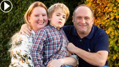 طفل مصاب بالخرف يتذكر والديه بفضل رقاقة في الدماغ