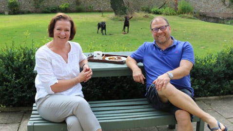 بريطانية أنقذت حياة زوجها مرتين بعد توقف قلبه