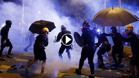 مواجهات حامية بين شرطة هونغ كونغ وطلاب جامعيين (فيديو)