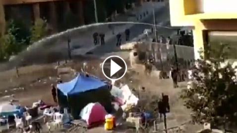 بالفيديو: شاب لبناني يستحمّ بمياه خراطيم قوى الأمن في رياض الصلح!