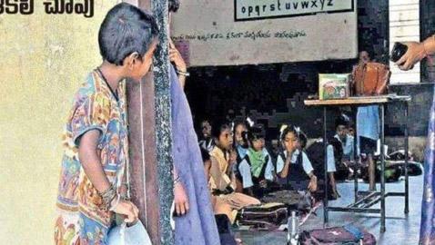 صورة لطفلة فقيرة تختلس النظر إلى فصل دراسي تثير تعاطفا واسعا في الهند!