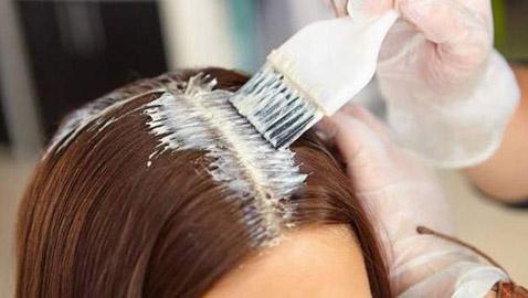 دراسة تحذّر النساء من صبغة الشعر.. تتسبب بمرض خطير