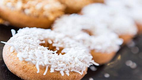 إليكم طريقة تحضير دونات جوز الهند لمرضى السكري الشهي والسهل