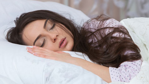 لا تتجاهلوها.. تعرفوا إلى مخاطر قلة وزيادة النوم!