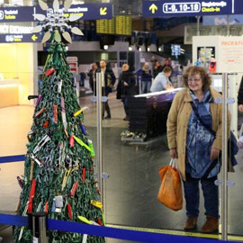 شجرة ميلادية بمطار.. تزين بقطع مصادرة من الركاب
