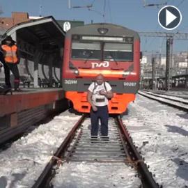 قدرته عجيبة.. قام بجرِّ قطار وزنه أكثر من 200 طن! (فيديو)