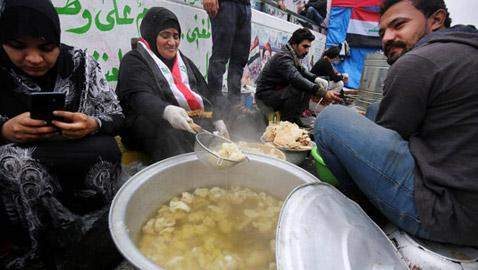 في ساحة التحرير.. مائدة غير طائفية تجمع العراقيين