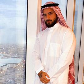 مالوما بالعباية الخليجية ويوجه رسالة لمحبيه: أنا مغرم بثقافتكم يا  ..