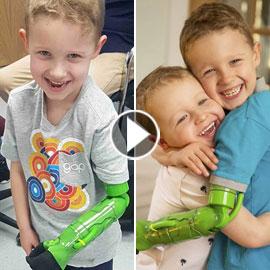 صبي في الخامسة يعانق أخاه للمرة الأولى