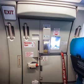 لماذا لا يمكن فتح باب الطوارىء في الطائرة أثناء تحليقها؟