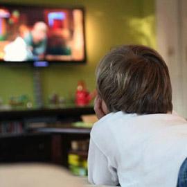 وضع الأطفال أمام الشاشات صباحا يزيد خطر تعرضهم لمشكلات في النطق