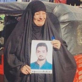 شاهدوا.. صورة مؤثرة لأم عراقية تبحث عن ابنها