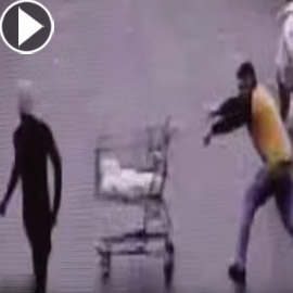 بالفيديو: متسوق يتدخل بطريقة غريبة لاعتقال سارق هارب