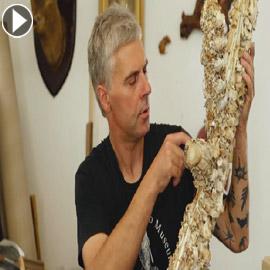 فنان أقام متحفا غريبا يحوي منحوتات من مئات العظام والجماجم