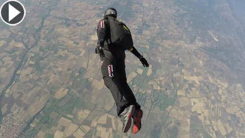 مغامر يقفز من منطاد على ارتفاع 24 ألف قدم بعد مشكلة مفاجئة في الهواء!