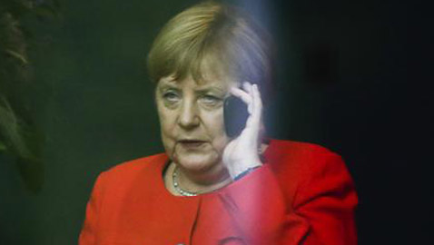 رجل إطفاء يغلق الهاتف في وجه المستشارة الألمانية أنجيلا ميركل!
