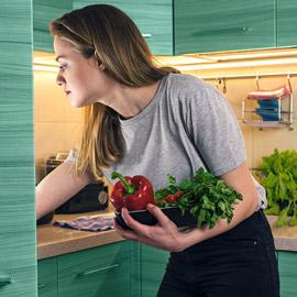 أطعمة تُحسن الحالة المزاجية وأخرى تفسدها في الحجر المنزلي