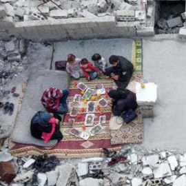 صور تدمي القلب.. إفطار رمضان سوري فوق الأنقاض!