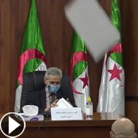 بالفيديو: وزير جزائري ينجو من سقوط لوح من السقف على رأسه!