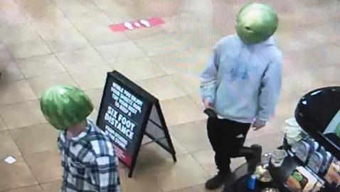 سرقا المتجر متنكران ببطيختين على الراس.. وفيسبوك أوقع بهما! صور