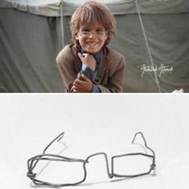 نظارة حديدية لطفل يمني تلهم الآلاف.. إنها كسوة العيد