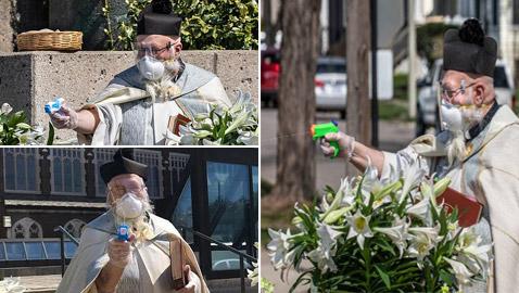 صور كاهن يرش أبناء رعيته بالماء المقدس بمسدس لعبة! فكرة طريفة وآمنة