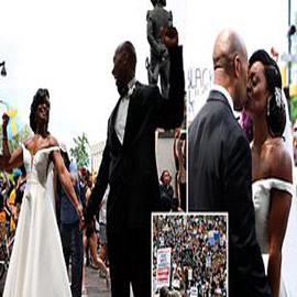 عروسان يحتفلان بزفافهما في مسيرة احتجاجية